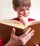 Libro de lectura adolescente del muchacho Imágenes de archivo libres de regalías