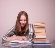 Libro de lectura adolescente feliz de la muchacha Imagenes de archivo