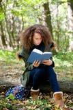 Libro de lectura adolescente de la colegiala en el parque del otoño Imagen de archivo
