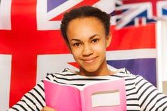 Libro de lectura africano hermoso del estudiante en la clase Fotografía de archivo libre de regalías
