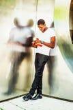 Libro de lectura afroamericano joven del hombre afuera en Nueva York Fotografía de archivo libre de regalías