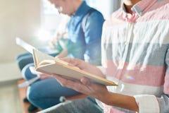 Libro de lectura antes del examen foto de archivo
