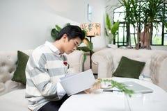 Libro de lectura asiático del empresario durante descanso para tomar café fotografía de archivo libre de regalías