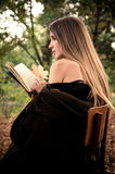 Libro de lectura atractivo de la mujer joven Foto de archivo