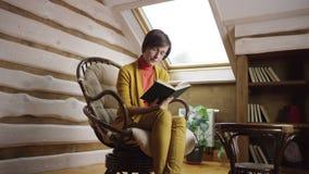 Libro de lectura atractivo de la mujer adulta en ático almacen de video