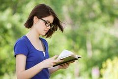 Libro de lectura bonito de la muchacha Fotografía de archivo libre de regalías