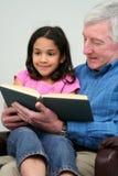 Libro de lectura de abuelo Imagen de archivo