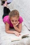 Libro de lectura de la chica joven Fotos de archivo