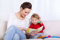 Libro de lectura de la madre con el niño imagen de archivo