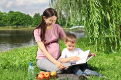Libro de lectura de la madre a su niño Foto de archivo