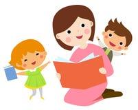 Libro de lectura de la madre a sus niños Fotos de archivo libres de regalías