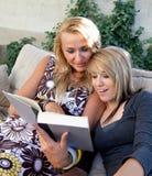 Libro de lectura de la madre y de la hija adolescente junto Imagen de archivo