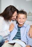 Libro de lectura de la madre y del niño Foto de archivo libre de regalías