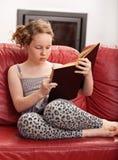 Libro de lectura de la muchacha Imágenes de archivo libres de regalías