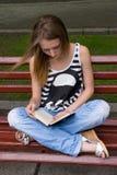 Libro de lectura de la muchacha Fotografía de archivo libre de regalías