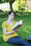 Libro de lectura de la muchacha Fotos de archivo libres de regalías