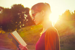 libro de lectura de la muchacha Imagen de archivo libre de regalías