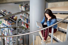 Libro de lectura de la muchacha del estudiante de la High School secundaria en la biblioteca Fotos de archivo libres de regalías