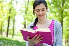 Libro de lectura de la muchacha en naturaleza Foto de archivo