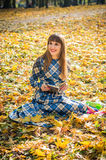 Libro de lectura de la muchacha en parque imágenes de archivo libres de regalías