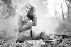 Libro de lectura de la muchacha en parque del otoño Fotos de archivo