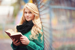 Libro de lectura de la muchacha en parque del otoño Imagenes de archivo