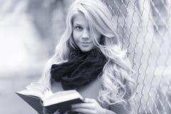 Libro de lectura de la muchacha en parque del otoño Fotografía de archivo libre de regalías