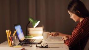 Libro de lectura de la muchacha o de la mujer del estudiante en el hogar de la noche almacen de metraje de vídeo