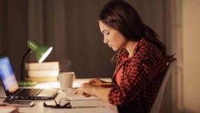 Libro de lectura de la muchacha o de la mujer del estudiante en el hogar de la noche almacen de video