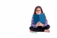 Libro de lectura de la muchacha que se sienta, educación y concepto de la escuela Imagen de archivo libre de regalías