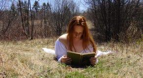 Libro de lectura de la mujer Foto de archivo libre de regalías