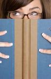 Libro de lectura de la mujer fotos de archivo libres de regalías