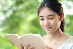 Libro de lectura de la mujer Fotos de archivo