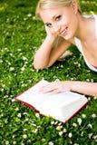 Libro de lectura de la mujer Imagenes de archivo