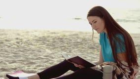 Libro de lectura de la mujer cerca del mar almacen de metraje de vídeo