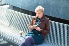 Libro de lectura de la mujer con la taza de café Foto de archivo libre de regalías