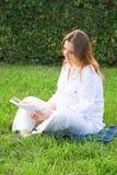Libro de lectura de la mujer embarazada Foto de archivo