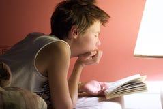 Libro de lectura de la mujer joven Fotografía de archivo