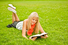 Libro de lectura de la mujer joven Imagenes de archivo
