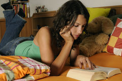 Libro de lectura de la mujer joven Fotografía de archivo libre de regalías
