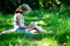 Libro de lectura de la mujer joven Foto de archivo