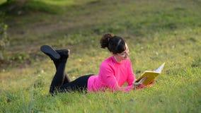 Libro de lectura de la mujer que miente en el prado almacen de video