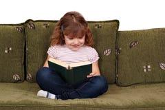 Libro de lectura de la niña Imagenes de archivo
