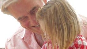 Libro de lectura de la nieta con el abuelo almacen de metraje de vídeo