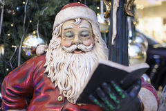 Libro de lectura de Papá Noel Foto de archivo libre de regalías
