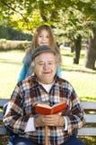 Libro de lectura del abuelo y del nieto imagen de archivo libre de regalías