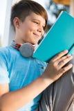 Libro de lectura del adolescente Fotos de archivo libres de regalías