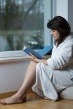 Libro de lectura del adolescente Fotografía de archivo libre de regalías
