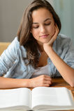 Libro de lectura del adolescente del estudiante en casa Imagen de archivo libre de regalías
