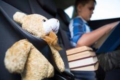 Libro de lectura del adolescente en el coche Foto de archivo
